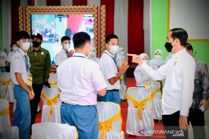 Presiden Jokowi sapa peserta vaksinasi COVID-19 di Lampung