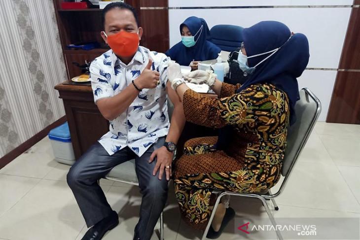 Anggota DPRK Aceh Tamiang disuntik vaksin