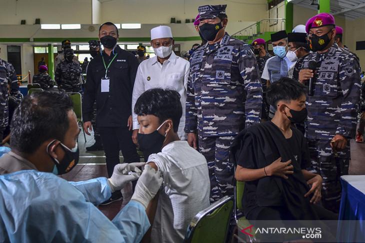 Serbuan vaksinasi COVID-19 TNI AL di Ponpes Suryalaya