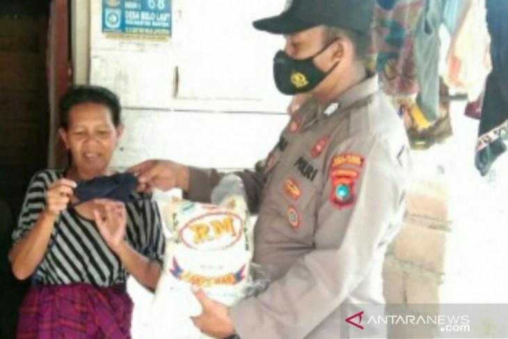 Polisi Resor Bangka Barat sosialisasi prokes sambil bagi beras dan masker