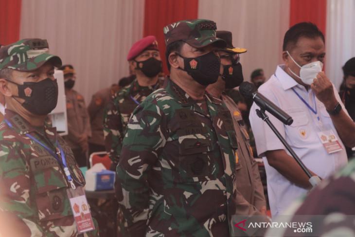 Panglima TNI tinjau vaksinasi COVID-19 di Manado