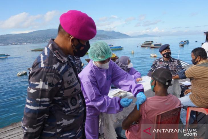 Lantamal IX Ambon vaksin penumpang dan pengemudi speed di Wayame perangi corona