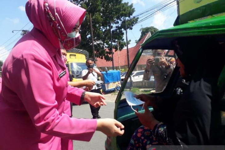 Bhayangkari Palas bagi masker kepada pengguna jalan