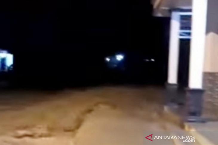 Banjir luapan Sungai Cidurian Bogor rusak jembatan dan belasan rumah