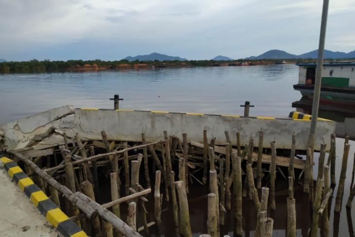 Dermaga Simpang Hilir Kayong Utara rusak diduga ditabrak tugboat