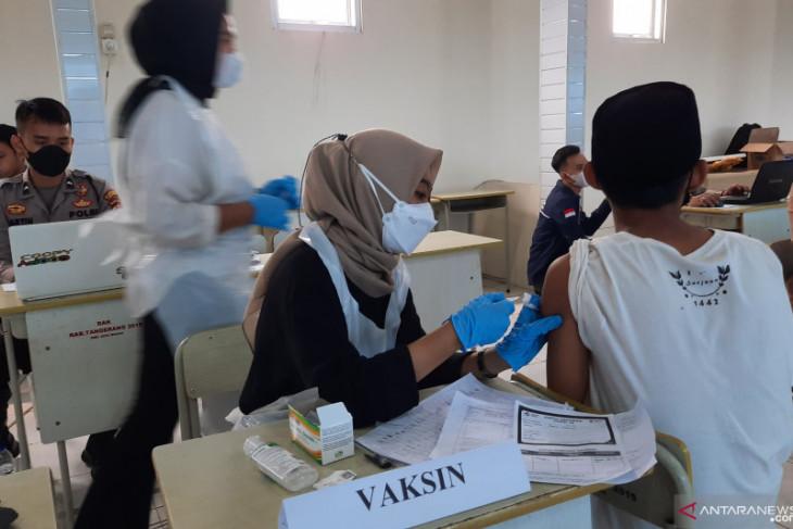 Ratusan santri ponpes dan warga di Tangerang ikut vaksin Merdeka
