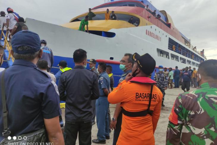 Tim SAR evakuasi 100 penumpang KM Simba 1 yang patah kemudi