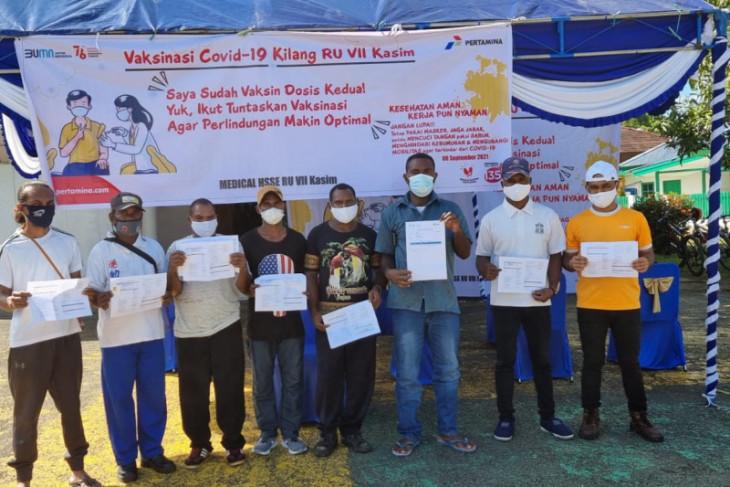Pertamina RU VII Kasim vaksinasi 400 warga di wilayah operasi perusahaan