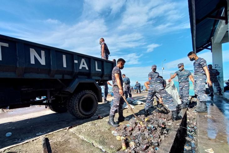 Prajurit TNI AL bersihkan sampah di Pasar Ikan Jembatan Puri kota Sorong