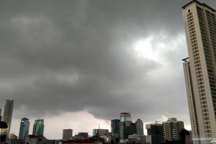 BMKG minta warga Jakarta waspada hujan petir dan angin kencang