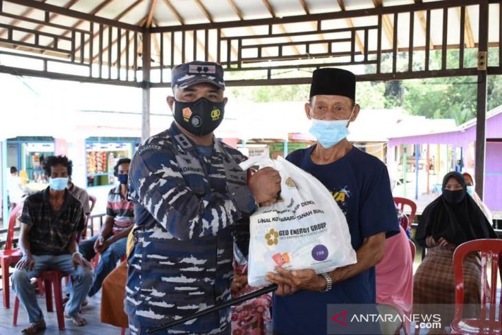TNI AL Kotabaru bantu masyarakat miskin yang tinggal di pesisir