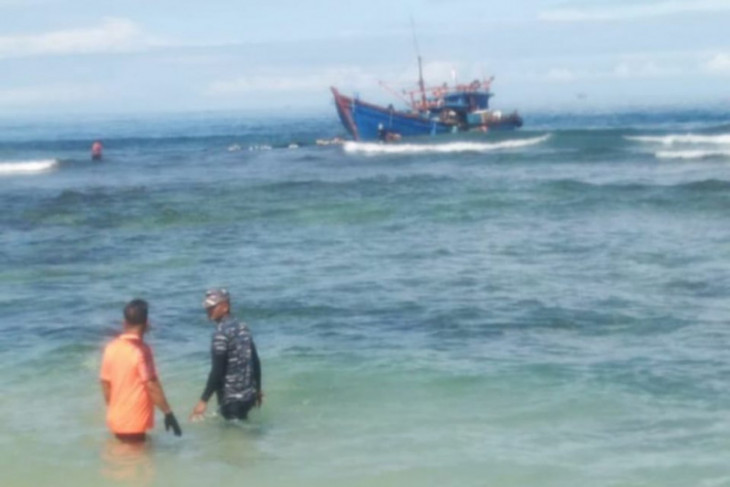 Kapal tangkap ikan kandas di Pulau Gosong Abdya