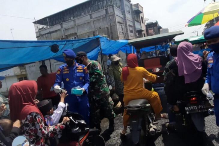 Polairud Langkat bagi masker kepada warga pesisir