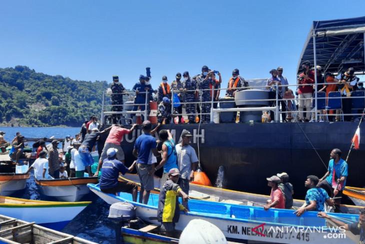 TNI AL bagikan sembako bagi nelayan di laut Yapen Papua