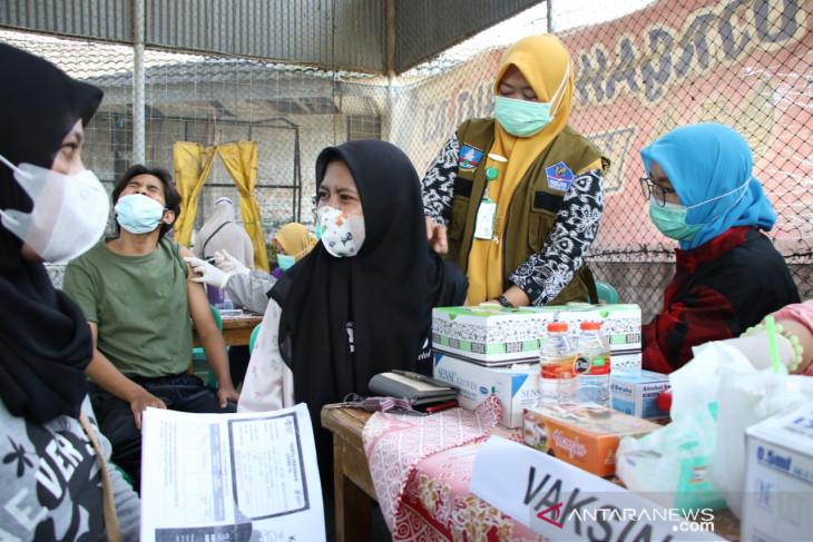Ribuan warga Cikande Kabupaten Serang serbu vaksinasi massal