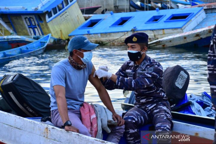 Lantamal XIV Sorong vaksinasi para nelayan pulang melaut