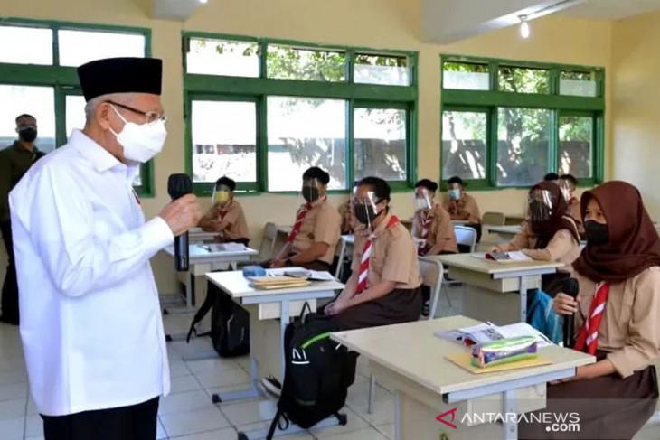 Wapres Ma'ruf Amin tinjau PTM terbatas dan vaksinasi di Banten