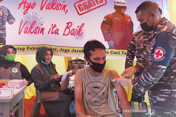 Warga pesisir antusias ikuti serbuan vaksinasi TNI AL