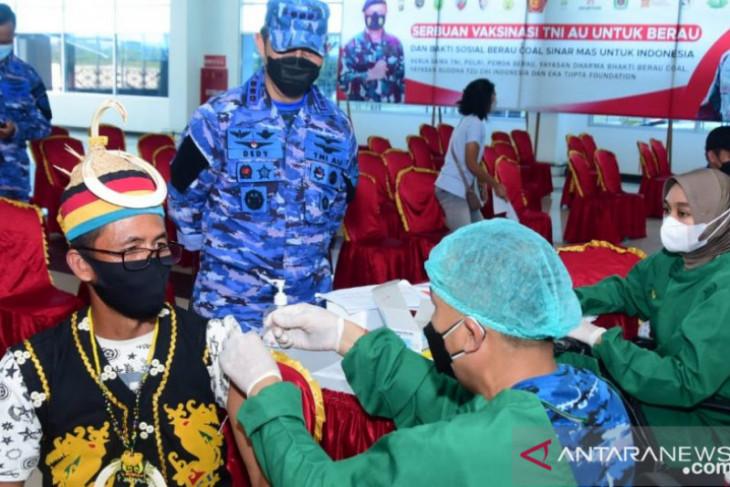 TNI -AU vaksinasi warga  di pedalaman dan terpencil
