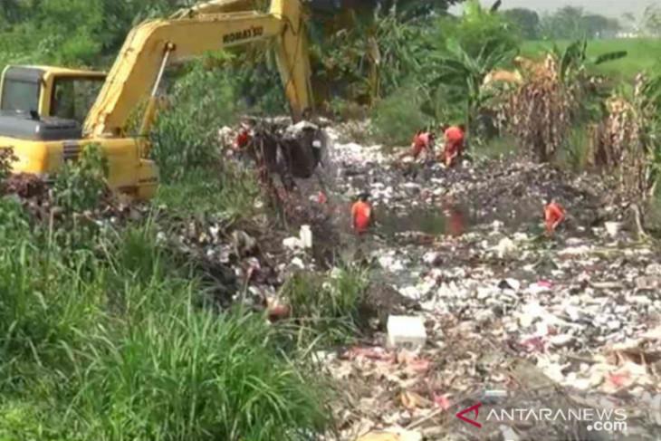 Tumpukan sampah di Kali Busa berasal dari hulu sungai (video)