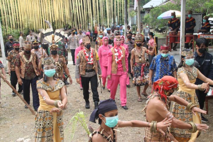 Kapolres Tabalong berikan paket sembako bagi warga Dayak Deah
