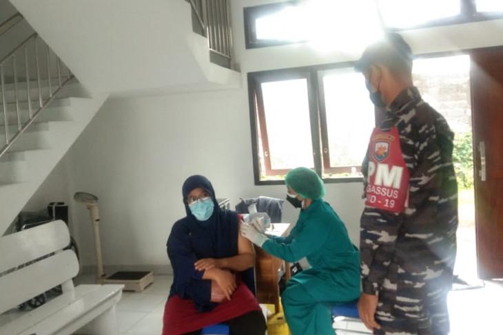 Lanal Denpasar sasar puluhan masyarakat pesisir untuk vaksinasi COVID-19