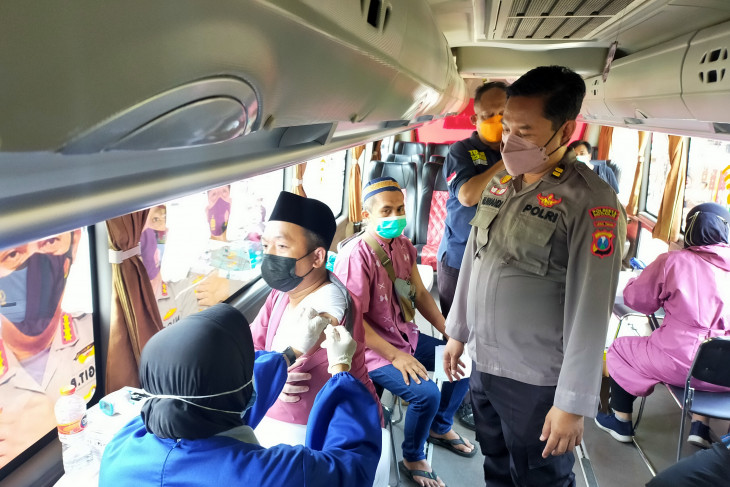 Sidoarjo police organize COVID-19 vaccinations during Friday prayers