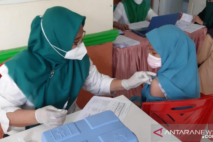 Gubernur Gorontalo minta warga tidak berkerumun saat vaksinasi