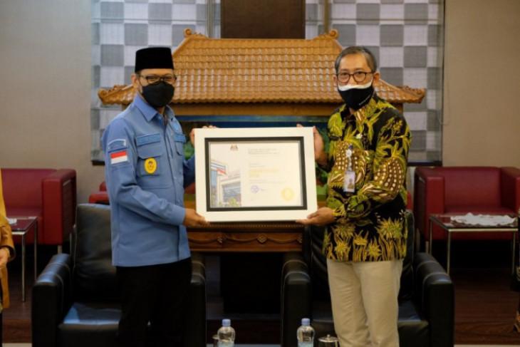 Pemkot Depok menerima penghargaan BKN Award 2021