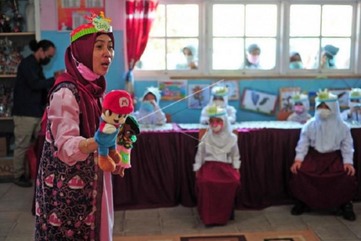 Edukasi imunisasi bagi murid melalui dongeng