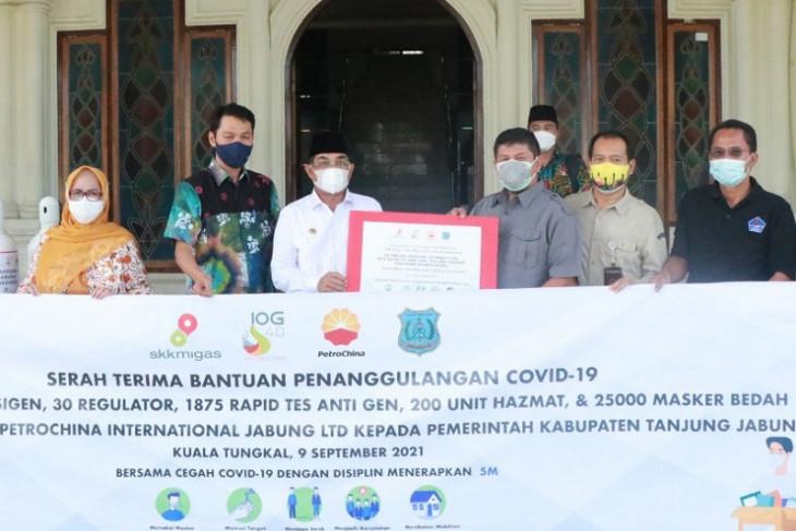 SKK Migas-PetroChina serahkan bantuan tabung gas dan alat kesehatan untuk Tanjabbar