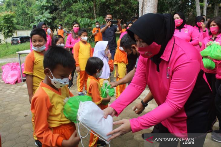 Bhayangkari Polres Muarojambi panen sayuran dan berbagi ke siswa SD