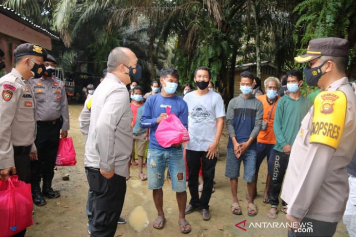 Kapolda Jambi bagikan sembako untuk orang rimba di Mentawak Kabupaten Merangin