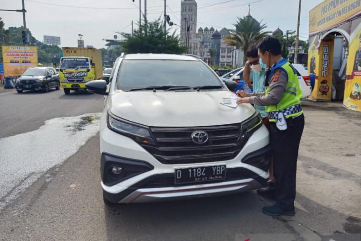 Petugas dapati 10 pelat nomor kendaraan palsu di Puncak