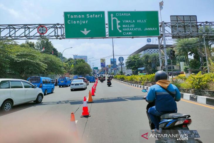 Suasana lalu lintas Simpang Gadog Bogor