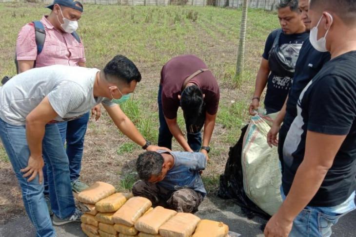 Pria pembawa 30 kg ganja diringkus di gerbang tol