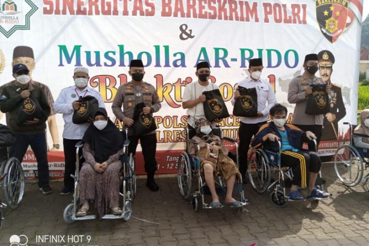 Rilis - Bareskrim Polri-Mushola Arridho beri kursi roda bagi nenek 112 tahun