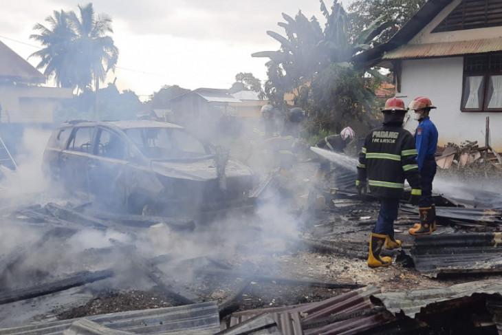 Dua mobil hangus akibat kebakaran di Kampus PLB UNP Sumbar