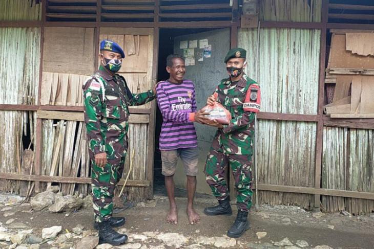 TNI bagikan bantuan pangan ke masyarakat perbatasan RI-Timor Leste