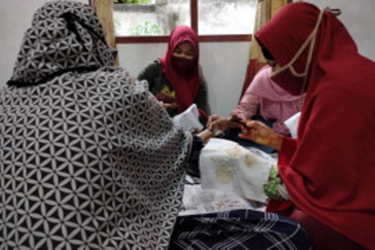 Empowering Jambi's disabled women through batik-making training