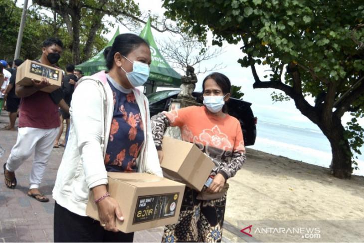 Desa adat Kuta-Bali salurkan bantuan hasil donasi