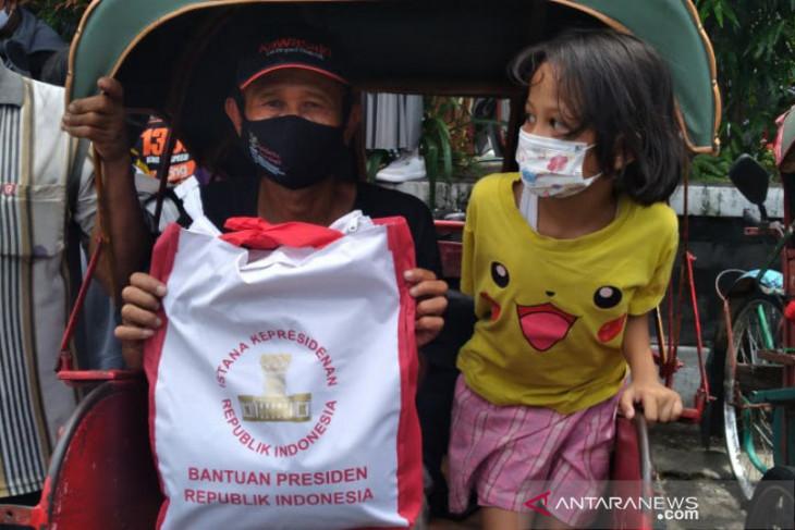 Presiden Jokowi bagikan sembako saat mudik ke Solo