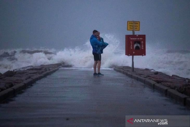 Badai Nicholas melemah jadi badai tropis, terjang Texas, Louisiana AS