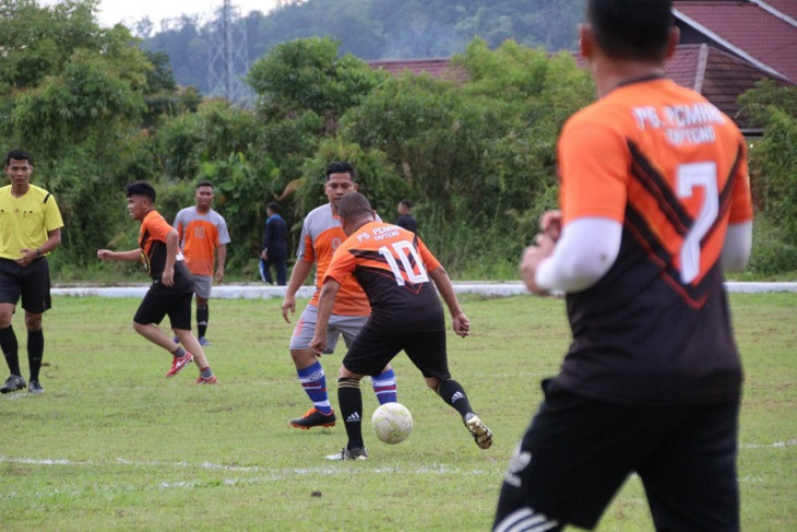 Hadapi tim Polres Tapteng, Bupati Bakhtiar tunjukkan kelincahannya menggocek bola