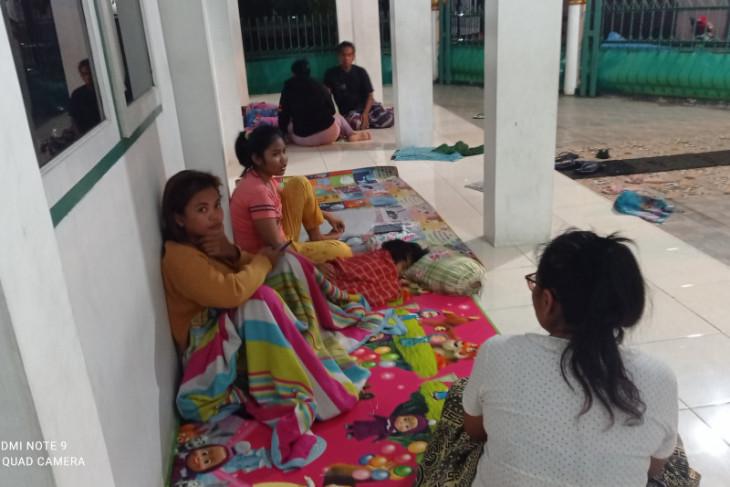 Warga Sentral Rangkasbitung mengungsi karena rumah terendam banjir