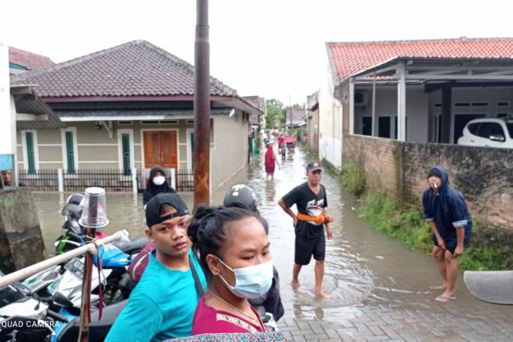 BPBD Kabupaten Lebak mengevakuasi warga yang rumahnya kebanjiran