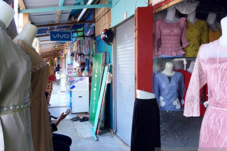 Pedagang relokasi di pasar apung Ambon nikmati layanan listrik gairahkan perekonomian