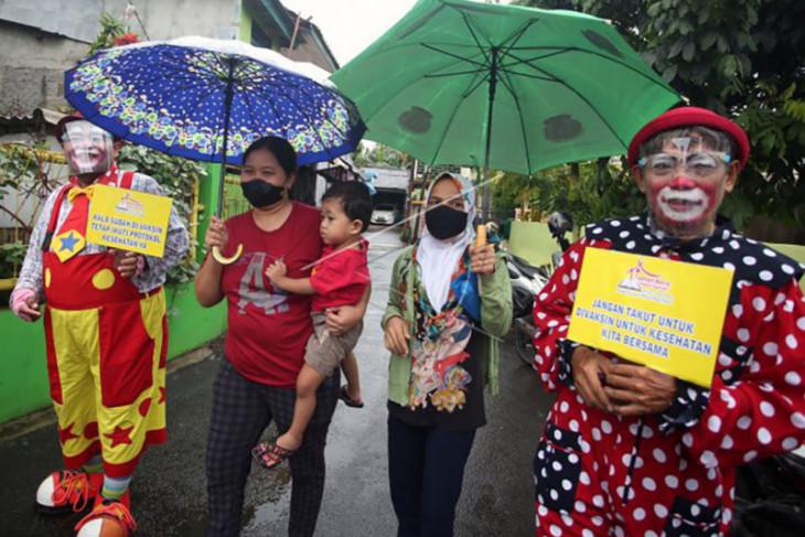 Aksi badut ajak warga ikut vaksinasi COVID-19