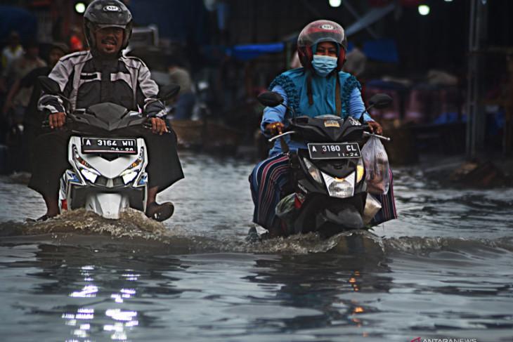 Hujan diprakirakan terjadi di sebagian besar wilayah provinsi