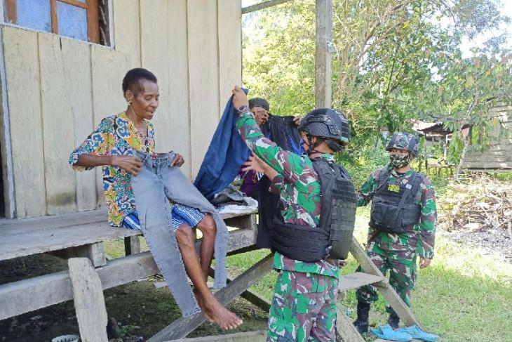 TNI beri pengobatan keliling warga di perbatasan